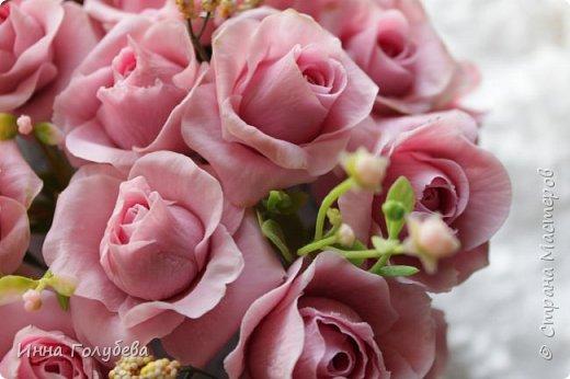 Поступил мне заказ на оформление плетеного сердца розами и ягодками для свадебного салона.От меня розы и ягодки,заказчик оформляет сам,потому как в другом городе. И листья будут из ткани,так что мне не пришлось их лепить.Я в корзиночку все поставила,чтобы отфоткать. Роз кстати надо 50 штук,здесь пока 40) фото 7