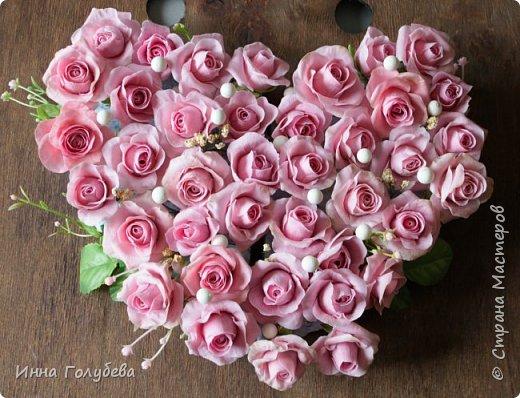 Поступил мне заказ на оформление плетеного сердца розами и ягодками для свадебного салона.От меня розы и ягодки,заказчик оформляет сам,потому как в другом городе. И листья будут из ткани,так что мне не пришлось их лепить.Я в корзиночку все поставила,чтобы отфоткать. Роз кстати надо 50 штук,здесь пока 40) фото 12