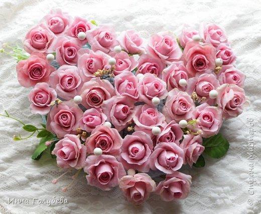 Поступил мне заказ на оформление плетеного сердца розами и ягодками для свадебного салона.От меня розы и ягодки,заказчик оформляет сам,потому как в другом городе. И листья будут из ткани,так что мне не пришлось их лепить.Я в корзиночку все поставила,чтобы отфоткать. Роз кстати надо 50 штук,здесь пока 40) фото 8