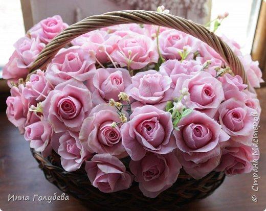 Поступил мне заказ на оформление плетеного сердца розами и ягодками для свадебного салона.От меня розы и ягодки,заказчик оформляет сам,потому как в другом городе. И листья будут из ткани,так что мне не пришлось их лепить.Я в корзиночку все поставила,чтобы отфоткать. Роз кстати надо 50 штук,здесь пока 40) фото 1