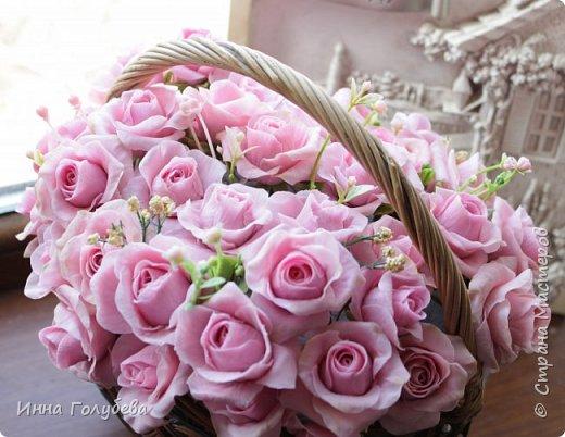 Поступил мне заказ на оформление плетеного сердца розами и ягодками для свадебного салона.От меня розы и ягодки,заказчик оформляет сам,потому как в другом городе. И листья будут из ткани,так что мне не пришлось их лепить.Я в корзиночку все поставила,чтобы отфоткать. Роз кстати надо 50 штук,здесь пока 40) фото 6