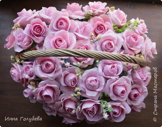 Поступил мне заказ на оформление плетеного сердца розами и ягодками для свадебного салона.От меня розы и ягодки,заказчик оформляет сам,потому как в другом городе. И листья будут из ткани,так что мне не пришлось их лепить.Я в корзиночку все поставила,чтобы отфоткать. Роз кстати надо 50 штук,здесь пока 40) фото 2