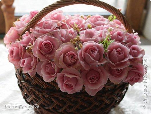 Поступил мне заказ на оформление плетеного сердца розами и ягодками для свадебного салона.От меня розы и ягодки,заказчик оформляет сам,потому как в другом городе. И листья будут из ткани,так что мне не пришлось их лепить.Я в корзиночку все поставила,чтобы отфоткать. Роз кстати надо 50 штук,здесь пока 40) фото 10