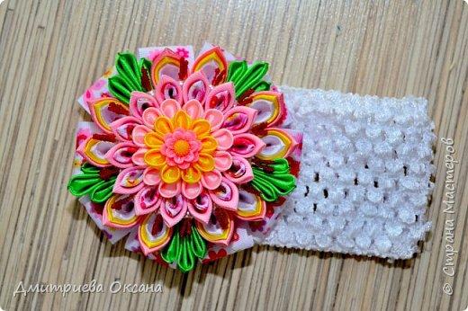 Мастер-класс в технике Канзаши. Сегодня в мастер-классе мы будем делать своими руками украшение для девочек - цветок в технике Канзаши и украшаем им повязку для волос. Цветок Канзаши будет многослойным и в работе используем несколько типов лепестков Канзаши. Для работы нам потребуются атласные ленты шириной 2,5 см, 5 см, репсовые ленты шириной 2 см, 4 см, а также кабошон, бусины и тычинки для украшения цветка. Удачи Вам в творчестве!!!  фото 2