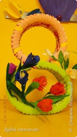 Восьмерку делала из цельного полотна, потом аккуратно загибала в форме восьмерки. Цветы созданы из гофрированной бумаги. фото 1