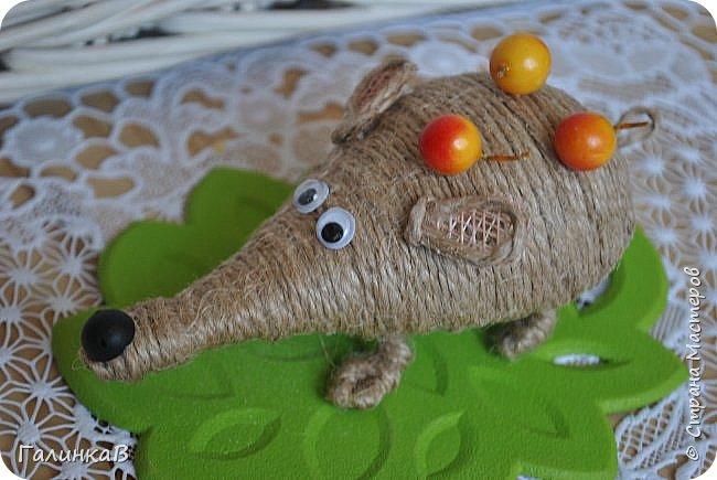 """Добрый день, дорогие жители Страны! Сегодня у меня дебют! Сделала первые игрушки из джута. До этого использовала джут только для декора новогодних подарков. А вдохновили и сподвигли меня на такой """"подвиг"""" работы Оли (Nola29) - http://stranamasterov.ru/user/332712. Вот собственно что у меня получилось! фото 6"""