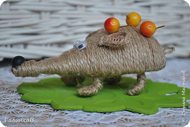 """Добрый день, дорогие жители Страны! Сегодня у меня дебют! Сделала первые игрушки из джута. До этого использовала джут только для декора новогодних подарков. А вдохновили и сподвигли меня на такой """"подвиг"""" работы Оли (Nola29) - http://stranamasterov.ru/user/332712. Вот собственно что у меня получилось! фото 8"""