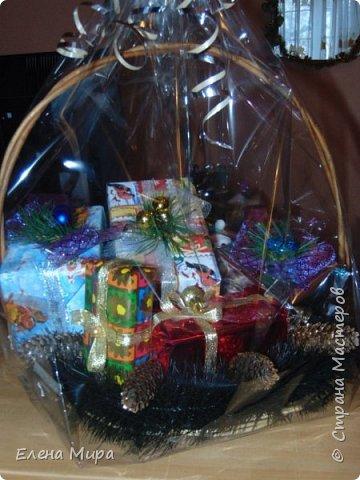 Корзина с подарками (внутри подарков халва(разных видов),шоколад и 2 коробочки заполненные конфетами). Подарок командиру на Новый год. Он у нас очень любит халву. фото 1