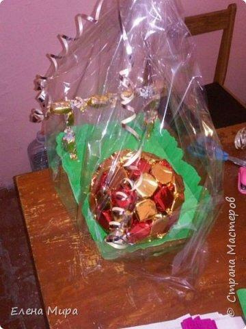 Корзина с подарками (внутри подарков халва(разных видов),шоколад и 2 коробочки заполненные конфетами). Подарок командиру на Новый год. Он у нас очень любит халву. фото 16