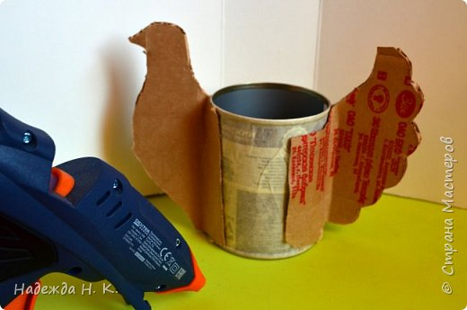 """Здравствуйте, доброго времени суток! Сегодня я предлагаю вам посмотреть, как можно сделать к Пасхе вот такую нехитрую поделку в технике папье-маше. Небольшая """"серебряная"""" вазочка в виде курочки  будет неплохим подарком для ваших друзей и близких. фото 11"""