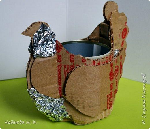"""Здравствуйте, доброго времени суток! Сегодня я предлагаю вам посмотреть, как можно сделать к Пасхе вот такую нехитрую поделку в технике папье-маше. Небольшая """"серебряная"""" вазочка в виде курочки  будет неплохим подарком для ваших друзей и близких. фото 21"""