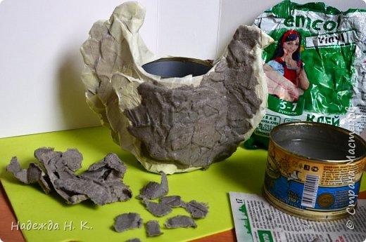 """Здравствуйте, доброго времени суток! Сегодня я предлагаю вам посмотреть, как можно сделать к Пасхе вот такую нехитрую поделку в технике папье-маше. Небольшая """"серебряная"""" вазочка в виде курочки  будет неплохим подарком для ваших друзей и близких. фото 24"""
