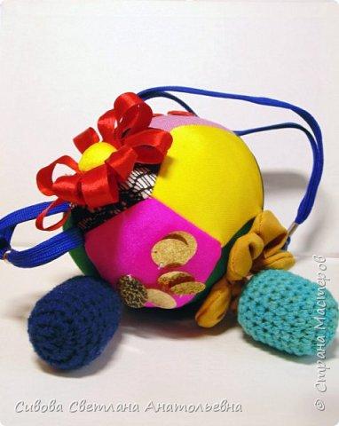 Развивающий мяч сшит из найденных дома остатков ткани. 12 пятиугольников со стороной 8см. Наполнитель - холофайбер. Нашиты бусины, шнурки, пуговицы - все, что нашла. фото 1