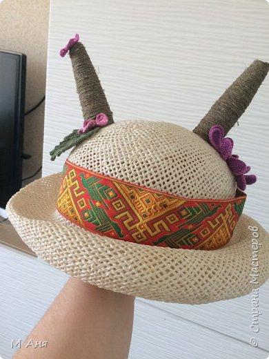 Дети в хоре поют и играют.  Надо было придумать шляпку для козы.  Соломенная шляпка. Кусочки пластиковой бутылки зафиксированы скотчем, сверху шпагат. Приклеено все на клей. Ну а коза у нас любит модничать, вот и украсили её цветочками)) фото 1