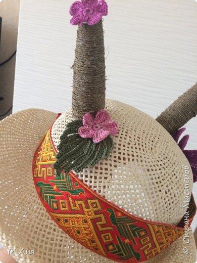 Дети в хоре поют и играют.  Надо было придумать шляпку для козы.  Соломенная шляпка. Кусочки пластиковой бутылки зафиксированы скотчем, сверху шпагат. Приклеено все на клей. Ну а коза у нас любит модничать, вот и украсили её цветочками)) фото 2