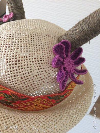 Дети в хоре поют и играют.  Надо было придумать шляпку для козы.  Соломенная шляпка. Кусочки пластиковой бутылки зафиксированы скотчем, сверху шпагат. Приклеено все на клей. Ну а коза у нас любит модничать, вот и украсили её цветочками)) фото 5
