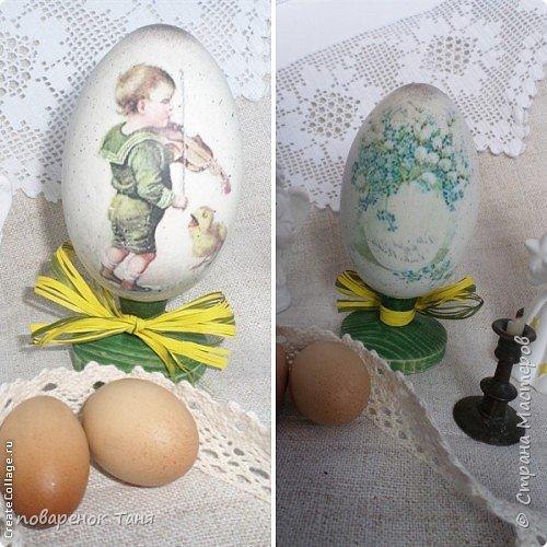"""Здравствуйте. Я опять с яйцами)))) Все просто - грунт, краска, мотив, набрызг, лак матовый или глянцевый. В этот раз использовала вживление распечатки """"мордой-в-лак"""". Конечно, результат намного лучше, чем с рисовой бумагой.  Ну или мне так кажется)))  Бантик из рафии.  Яйца довольно большие, примерно 12-14 см высотой."""