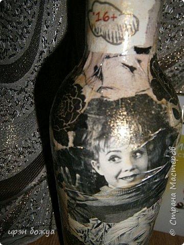 """За два дня сделала подарок для начальницы - бутылку с напитком. Сначала бутылку задекорировала по системе Фирдаус Мухтаровны- каменная техника. Стерла краски с бумаги. Бумага разная и фактура получилась разная. Где-то бумага стерлась до бела,а где-то она стала бледно-розовой. Прикладывала разные салфетки, и что-то все не то. Потом взяла старые журналы """"Биография"""" и """"Караван историй"""" нарвала оттуда фото артистов в черно-белом варианте и украсила ими бутылку. Местами задекорировала черными цветами из салфеток. После просушки (2-3 часа) Покрыла лаком (в ночь перед праздником) и пошла...нет не спать а шить сидушки на стулья. Пост будет позже. Сестра решила стулья перетянуть,а сидушки надо было сшить мне. Так вот бутылка сохнет, сидушки шьются. Спать естественно пошла уже за 12 часов ночи. фото 6"""
