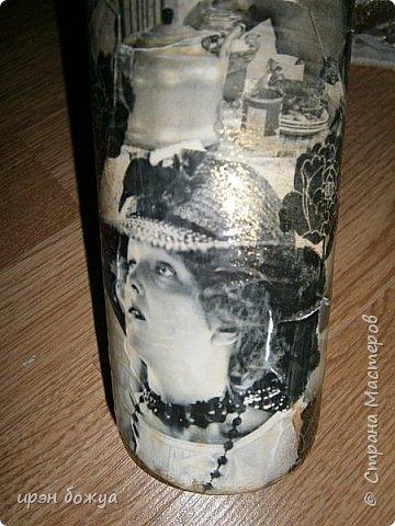 """За два дня сделала подарок для начальницы - бутылку с напитком. Сначала бутылку задекорировала по системе Фирдаус Мухтаровны- каменная техника. Стерла краски с бумаги. Бумага разная и фактура получилась разная. Где-то бумага стерлась до бела,а где-то она стала бледно-розовой. Прикладывала разные салфетки, и что-то все не то. Потом взяла старые журналы """"Биография"""" и """"Караван историй"""" нарвала оттуда фото артистов в черно-белом варианте и украсила ими бутылку. Местами задекорировала черными цветами из салфеток. После просушки (2-3 часа) Покрыла лаком (в ночь перед праздником) и пошла...нет не спать а шить сидушки на стулья. Пост будет позже. Сестра решила стулья перетянуть,а сидушки надо было сшить мне. Так вот бутылка сохнет, сидушки шьются. Спать естественно пошла уже за 12 часов ночи. фото 5"""