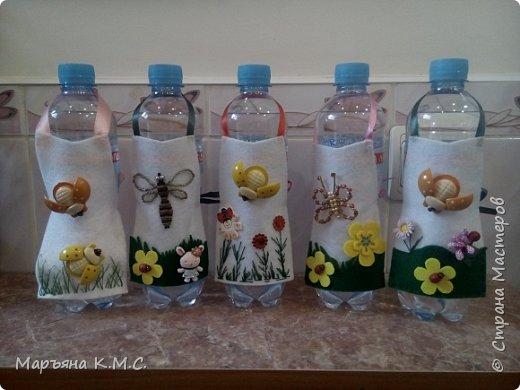 Создаем весну у себя дома) Из остатков фетра, ленточек, ниток, бисера и т.д., можно попробовать сшить маленькие фартушки. Вот что у меня получилось)  Поллитровые бутылочки с минеральной водой.