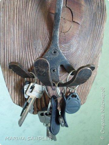 """Здравствуйте, соседи, я сегодня с ключницей. Сосновая доска,   пилила, старила; обжиг, брашировка, воск. Собакина нашла  на блошином рынке, не смогла удержаться)))  Слегка прошлась бронзой по """" Собакину"""" фото 4"""