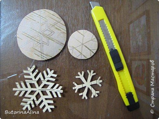 На улице весна, а я решила вам показать  часы  в уходящем зимнем варианте. Для изделия использованы в основном натуральные природные материалы: - береста; - деревянные палочки разной длины; - спилы веток разных размеров; - часовой механизм; - акриловые краски; - ДВП для основы; - нитки для оформления берестяного круга; - клей-пистолет. фото 2
