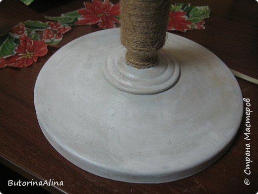 Для выполнения светильника нам понадобится: - старая основа светильника; - джутовая нить для обмотки основы; - декупажные картинки шишки и пуансетии; - кружева для оформления; - фанера для выпиливания сердечек и кружочков; - пуговицы и ленточки зеленого и бежевого цветов; - декоративные ветки и ягоды для оформления основы светильника; фото 5