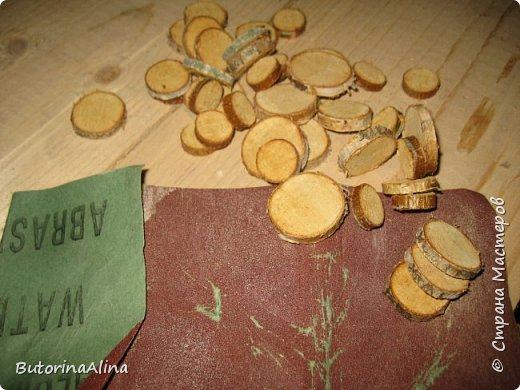 На улице весна, а я решила вам показать  часы  в уходящем зимнем варианте. Для изделия использованы в основном натуральные природные материалы: - береста; - деревянные палочки разной длины; - спилы веток разных размеров; - часовой механизм; - акриловые краски; - ДВП для основы; - нитки для оформления берестяного круга; - клей-пистолет. фото 3