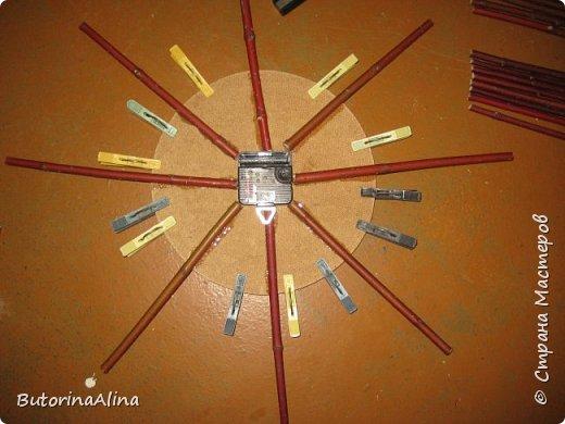 На улице весна, а я решила вам показать  часы  в уходящем зимнем варианте. Для изделия использованы в основном натуральные природные материалы: - береста; - деревянные палочки разной длины; - спилы веток разных размеров; - часовой механизм; - акриловые краски; - ДВП для основы; - нитки для оформления берестяного круга; - клей-пистолет. фото 7