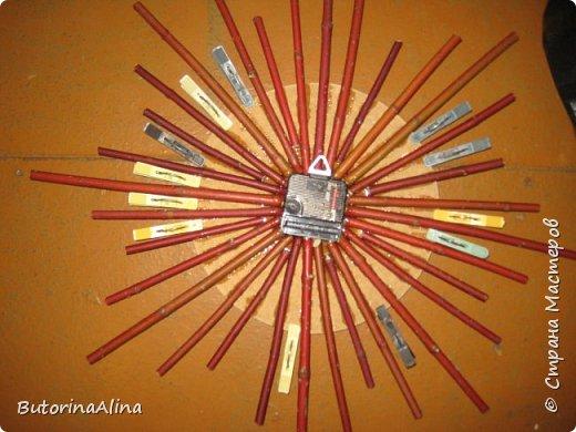 На улице весна, а я решила вам показать  часы  в уходящем зимнем варианте. Для изделия использованы в основном натуральные природные материалы: - береста; - деревянные палочки разной длины; - спилы веток разных размеров; - часовой механизм; - акриловые краски; - ДВП для основы; - нитки для оформления берестяного круга; - клей-пистолет. фото 8