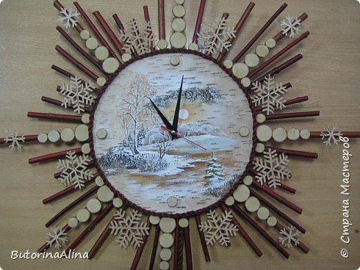 На улице весна, а я решила вам показать  часы  в уходящем зимнем варианте. Для изделия использованы в основном натуральные природные материалы: - береста; - деревянные палочки разной длины; - спилы веток разных размеров; - часовой механизм; - акриловые краски; - ДВП для основы; - нитки для оформления берестяного круга; - клей-пистолет. фото 9