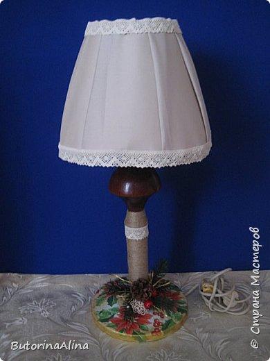 Для выполнения светильника нам понадобится: - старая основа светильника; - джутовая нить для обмотки основы; - декупажные картинки шишки и пуансетии; - кружева для оформления; - фанера для выпиливания сердечек и кружочков; - пуговицы и ленточки зеленого и бежевого цветов; - декоративные ветки и ягоды для оформления основы светильника; фото 8