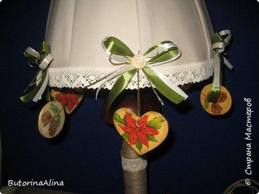 Для выполнения светильника нам понадобится: - старая основа светильника; - джутовая нить для обмотки основы; - декупажные картинки шишки и пуансетии; - кружева для оформления; - фанера для выпиливания сердечек и кружочков; - пуговицы и ленточки зеленого и бежевого цветов; - декоративные ветки и ягоды для оформления основы светильника; фото 9