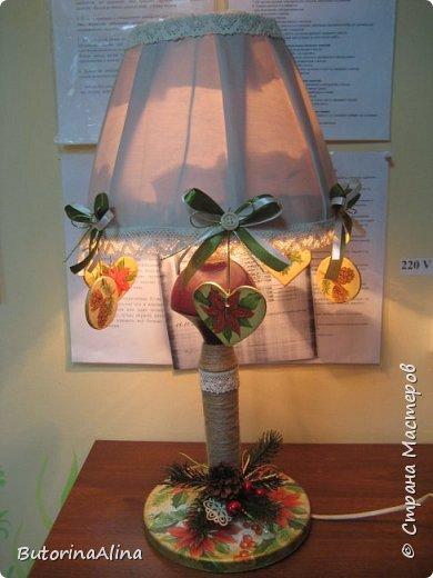 Для выполнения светильника нам понадобится: - старая основа светильника; - джутовая нить для обмотки основы; - декупажные картинки шишки и пуансетии; - кружева для оформления; - фанера для выпиливания сердечек и кружочков; - пуговицы и ленточки зеленого и бежевого цветов; - декоративные ветки и ягоды для оформления основы светильника; фото 1