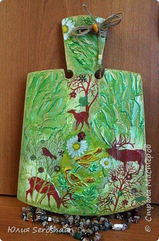 Всем привет. Доску делала с элементами шпатлевки. А по центру через трафарет рисунок птиц.