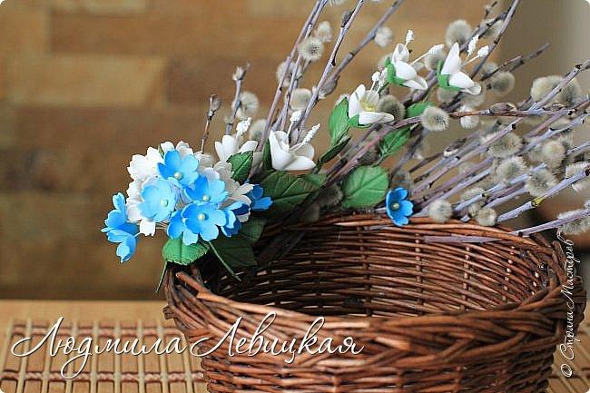 В ободок плетеной ивовой корзинки вставила веточки вербы. Дополнила их листочками, цветочками из фоамирана. На Пасху внутрь корзинки положу ажурную белую салфетку, крашеные яйца и так понесу в церковь...  фото 2