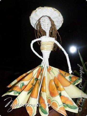 По просьбам показываю процесс создания  барышни - салфетницы. В ее создании мне помог мастер - класс африканки. Материалы и инструменты, необходимые для работы: трубочки из белой офисной бумаги,  клей ПВА,  нитки,  синтепон,  салфетки,  ножницы. фото 13