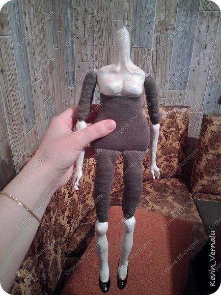 Всем привет.Продолжаю свой рассказ, о том, как я создавала портретную куколку в фантазийном наряде.По наряду и образу будет отдельный пост.Как я делала лицо, тут  http://stranamasterov.ru/node/1013558  .И, чтобы не повторяться , принцип работы с гипсом и микроволновкой тут: http://stranamasterov.ru/node/908705  Материалы: пластилин, у меня скульптурный, вазилин, гипс, микроволновка, ткань, синтепон, двусторонний скотч, проволка, иголки, нитки, краски гуашь, пва, автомобильный лак, керапласт или дарви рок. фото 70
