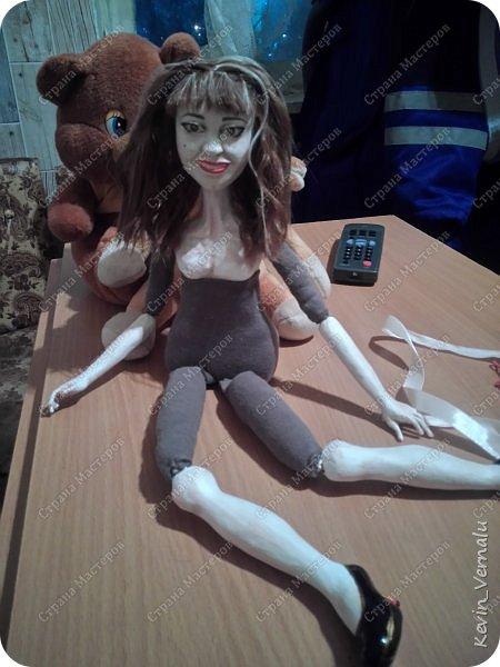Всем привет.Продолжаю свой рассказ, о том, как я создавала портретную куколку в фантазийном наряде.По наряду и образу будет отдельный пост.Как я делала лицо, тут  http://stranamasterov.ru/node/1013558  .И, чтобы не повторяться , принцип работы с гипсом и микроволновкой тут: http://stranamasterov.ru/node/908705  Материалы: пластилин, у меня скульптурный, вазилин, гипс, микроволновка, ткань, синтепон, двусторонний скотч, проволка, иголки, нитки, краски гуашь, пва, автомобильный лак, керапласт или дарви рок. фото 74