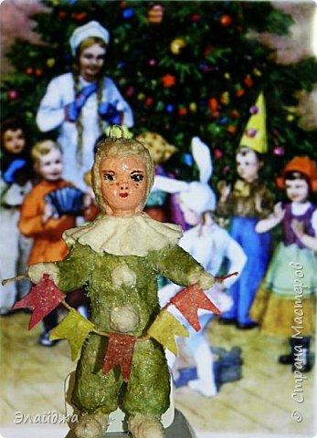 Будем елку украшать! В детском саду мы сами делали флажки на елку.И даже подавали игрушки для взрослых, чтоб они нарядили  елочку! Сколько радости было! Как  в сказке...Эх детство, детство фото 1