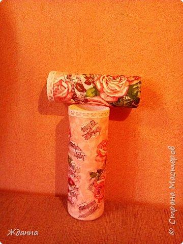 Показываю вам своё весеннее настроение! )))))  Обрезанные баночки из-под шампуня. Беленькие, гладенькие... Захотелось на них потренироваться в декупаже и декопатче.  Розовый фон - это кусочки  однотоннных розовых салфеток, наклеенные внахлест. фото 2