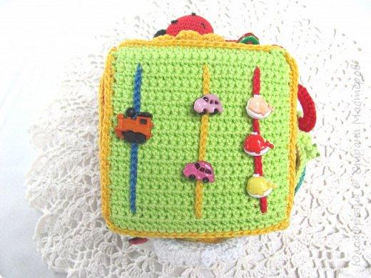 Здравствуйте, уважаемые жители СМ! В подарок малышу связала такой развивающий кубик. Внутр кубик из поролона. фото 7