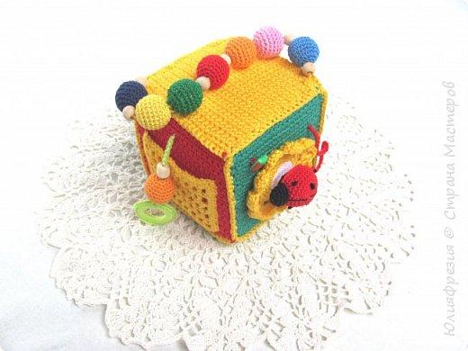 Здравствуйте, уважаемые жители СМ! В подарок малышу связала такой развивающий кубик. Внутр кубик из поролона. фото 1