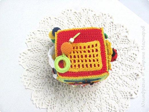 Здравствуйте, уважаемые жители СМ! В подарок малышу связала такой развивающий кубик. Внутр кубик из поролона. фото 4