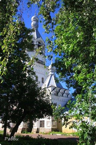 Ранняя история Десятинного монастыря покрыта тайной, в ней больше домыслов,  чем доказанных фактов. Нет даже точной даты возникновения построек. Как свидетельствуют летописи Авраамки, монастырь был основан в 998г. Однако такая дата крайне сомнительна. В легендах монастырь начинает упоминаться в связи с событиями 1170г. Еще есть красивая легенда. Существует предположение, что основан монастырь в середине  ХIII века княгиней Феодосией Мстиславовной, матерью Александра Невского, в честь «чудесного избавления от нашествия суздальцев». А чудо было вот такое - архиепископ Иоанн  услышал глас: «Иди в церковь Христа на Ильинской улице, возьми образ Пречистой Богородицы и вынеси его на городские стены против врагов, тотчас тогда увидишь спасение городу». Вынес владыка икону Божьей Матери Знамение на городскую стену против Десятинного монастыря. Одна из суздальских стрел вонзилась в образ, и тотчас же слезы потекли из глаз ее. «На неприятелей напал страх, тьма покрыла их - и они начали убивать друг друга».  Сейчас эта икона находится в Софийском соборе, открыта для всеобщего обозрения и почитания. Официально же временем возникновения монастыря считается 1327 г. В настоящее время  на территории Десятинного монастыря, существуют различные творческие организации, художественные мастерские.  Здесь же находится государственный музей художественной культуры Новгородской земли.  фото 2