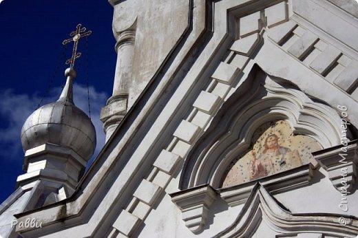 Ранняя история Десятинного монастыря покрыта тайной, в ней больше домыслов,  чем доказанных фактов. Нет даже точной даты возникновения построек. Как свидетельствуют летописи Авраамки, монастырь был основан в 998г. Однако такая дата крайне сомнительна. В легендах монастырь начинает упоминаться в связи с событиями 1170г. Еще есть красивая легенда. Существует предположение, что основан монастырь в середине  ХIII века княгиней Феодосией Мстиславовной, матерью Александра Невского, в честь «чудесного избавления от нашествия суздальцев». А чудо было вот такое - архиепископ Иоанн  услышал глас: «Иди в церковь Христа на Ильинской улице, возьми образ Пречистой Богородицы и вынеси его на городские стены против врагов, тотчас тогда увидишь спасение городу». Вынес владыка икону Божьей Матери Знамение на городскую стену против Десятинного монастыря. Одна из суздальских стрел вонзилась в образ, и тотчас же слезы потекли из глаз ее. «На неприятелей напал страх, тьма покрыла их - и они начали убивать друг друга».  Сейчас эта икона находится в Софийском соборе, открыта для всеобщего обозрения и почитания. Официально же временем возникновения монастыря считается 1327 г. В настоящее время  на территории Десятинного монастыря, существуют различные творческие организации, художественные мастерские.  Здесь же находится государственный музей художественной культуры Новгородской земли.  фото 4