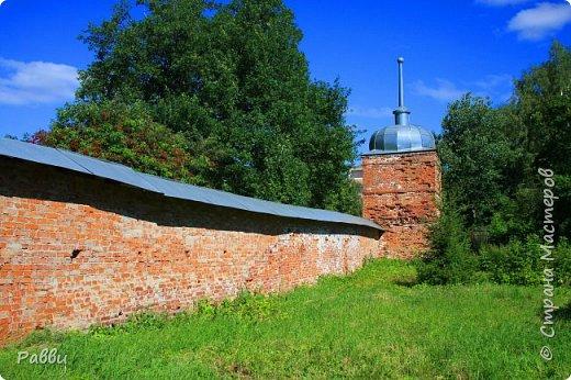 Ранняя история Десятинного монастыря покрыта тайной, в ней больше домыслов,  чем доказанных фактов. Нет даже точной даты возникновения построек. Как свидетельствуют летописи Авраамки, монастырь был основан в 998г. Однако такая дата крайне сомнительна. В легендах монастырь начинает упоминаться в связи с событиями 1170г. Еще есть красивая легенда. Существует предположение, что основан монастырь в середине  ХIII века княгиней Феодосией Мстиславовной, матерью Александра Невского, в честь «чудесного избавления от нашествия суздальцев». А чудо было вот такое - архиепископ Иоанн  услышал глас: «Иди в церковь Христа на Ильинской улице, возьми образ Пречистой Богородицы и вынеси его на городские стены против врагов, тотчас тогда увидишь спасение городу». Вынес владыка икону Божьей Матери Знамение на городскую стену против Десятинного монастыря. Одна из суздальских стрел вонзилась в образ, и тотчас же слезы потекли из глаз ее. «На неприятелей напал страх, тьма покрыла их - и они начали убивать друг друга».  Сейчас эта икона находится в Софийском соборе, открыта для всеобщего обозрения и почитания. Официально же временем возникновения монастыря считается 1327 г. В настоящее время  на территории Десятинного монастыря, существуют различные творческие организации, художественные мастерские.  Здесь же находится государственный музей художественной культуры Новгородской земли.  фото 23