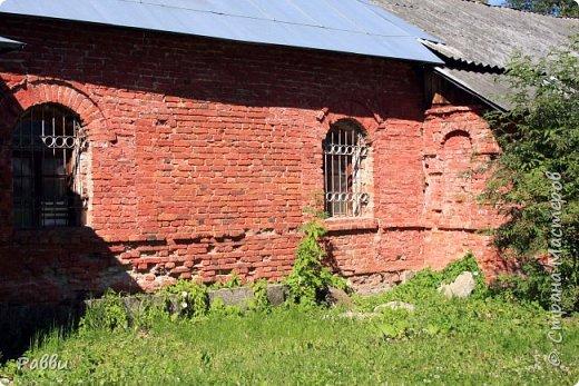 Ранняя история Десятинного монастыря покрыта тайной, в ней больше домыслов,  чем доказанных фактов. Нет даже точной даты возникновения построек. Как свидетельствуют летописи Авраамки, монастырь был основан в 998г. Однако такая дата крайне сомнительна. В легендах монастырь начинает упоминаться в связи с событиями 1170г. Еще есть красивая легенда. Существует предположение, что основан монастырь в середине  ХIII века княгиней Феодосией Мстиславовной, матерью Александра Невского, в честь «чудесного избавления от нашествия суздальцев». А чудо было вот такое - архиепископ Иоанн  услышал глас: «Иди в церковь Христа на Ильинской улице, возьми образ Пречистой Богородицы и вынеси его на городские стены против врагов, тотчас тогда увидишь спасение городу». Вынес владыка икону Божьей Матери Знамение на городскую стену против Десятинного монастыря. Одна из суздальских стрел вонзилась в образ, и тотчас же слезы потекли из глаз ее. «На неприятелей напал страх, тьма покрыла их - и они начали убивать друг друга».  Сейчас эта икона находится в Софийском соборе, открыта для всеобщего обозрения и почитания. Официально же временем возникновения монастыря считается 1327 г. В настоящее время  на территории Десятинного монастыря, существуют различные творческие организации, художественные мастерские.  Здесь же находится государственный музей художественной культуры Новгородской земли.  фото 26