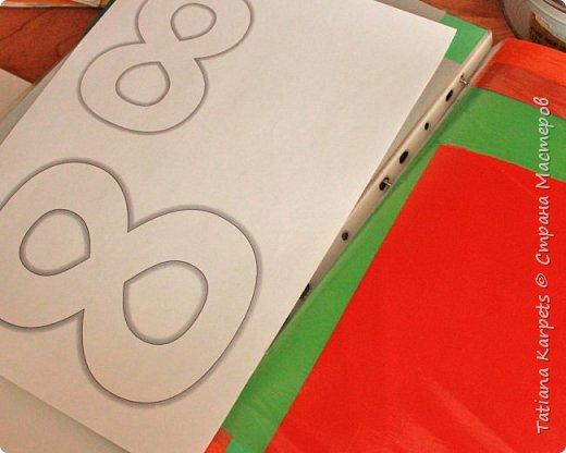 Для открыток мы использовали: плотную белую бумагу, цветную бумагу, шаблоны, фигурные дыроколы, ножницы, клей. Перед тем как делать аппликацию, я подготовила всё необходимое: из плотной белой бумаги сделала основу для открыток, вырезала из цветной бумаги восьмёрки, вырезала и собрала объемные цветы, с помощью фигурных дыроколов сделала маленькие листики и цветочки.  Остальное мы делали уже вместе с дочкой.  фото 3