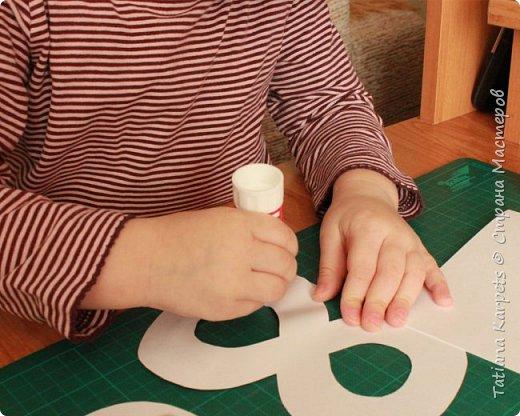 Для открыток мы использовали: плотную белую бумагу, цветную бумагу, шаблоны, фигурные дыроколы, ножницы, клей. Перед тем как делать аппликацию, я подготовила всё необходимое: из плотной белой бумаги сделала основу для открыток, вырезала из цветной бумаги восьмёрки, вырезала и собрала объемные цветы, с помощью фигурных дыроколов сделала маленькие листики и цветочки.  Остальное мы делали уже вместе с дочкой.  фото 5